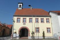 Inselrhein: Rathaus von Schwabenheim - Foto: Stefan Frerichs / RheinWanderer.de
