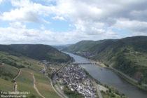 Mosel: Blick vom Gipfelkreuz auf Neef - Foto: Stefan Frerichs / RheinWanderer.de