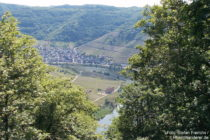 Mosel: Blick auf Kloster Stuben und Bremm - Foto: Stefan Frerichs / RheinWanderer.de