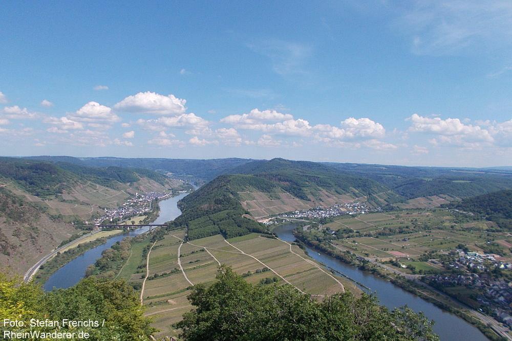 Mosel: Blick vom Calmont-Gipfelkreuz auf die Moselschleife - Foto: Stefan Frerichs / RheinWanderer.de