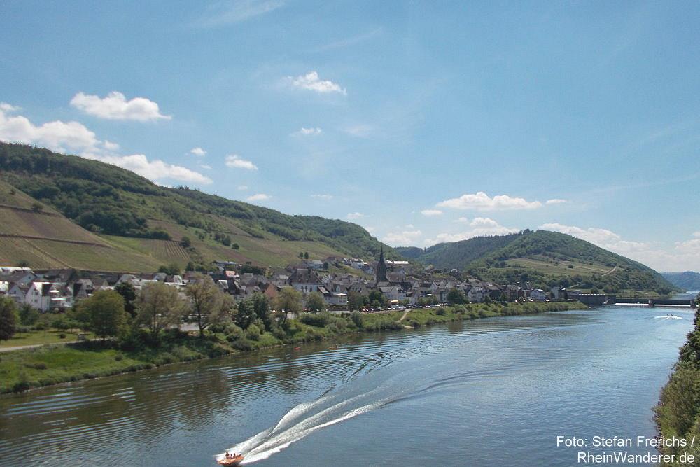 Mosel: Blick von der Moselbrücke auf Neef - Foto: Stefan Frerichs / RheinWanderer.de