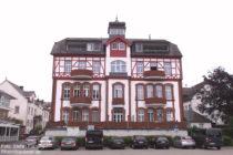 Mosel: Ehemalige Weinbauschule in Bullay - Foto: Stefan Frerichs / RheinWanderer.de