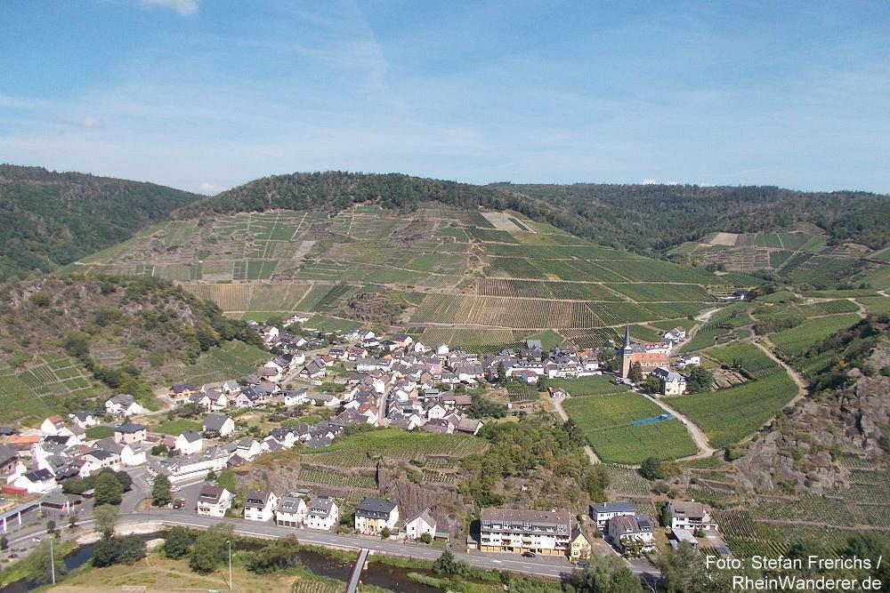 Ahr: Blick von der Saffenburg auf Mayschoß - Foto: Stefan Frerichs / RheinWanderer.de