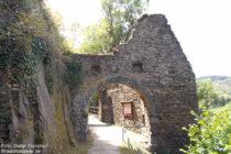 Ahr: Unteres Burgtor von Burg Are bei Altenahr - Foto: Stefan Frerichs / RheinWanderer.de