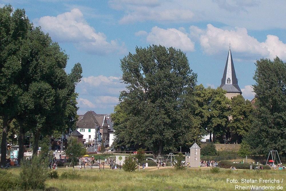 Niederrhein: Blick vom Rheindeich auf Monheim - Foto: Stefan Frerichs / RheinWanderer.de