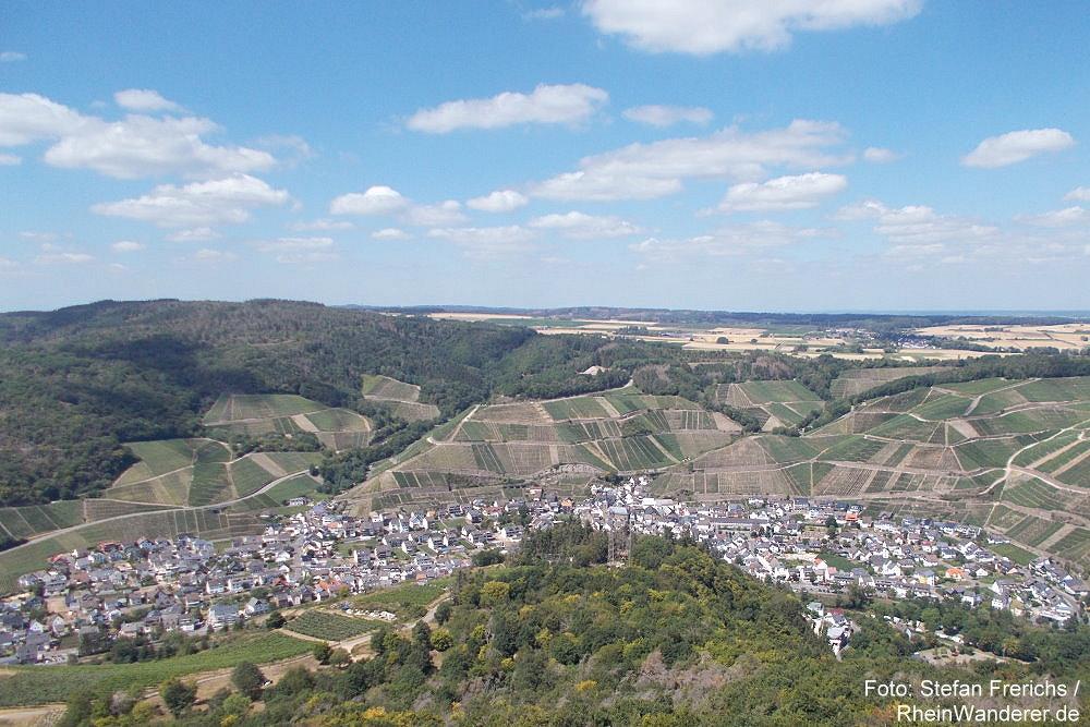 Ahr: Blick vom Krausbergturm auf Dernau - Foto: Stefan Frerichs / RheinWanderer.de