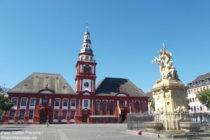 Neckar: Altes Rathaus, Sankt-Sebastian-Kirche und Marktplatzbrunnen in Mannheim - Foto: Stefan Frerichs / RheinWanderer.de