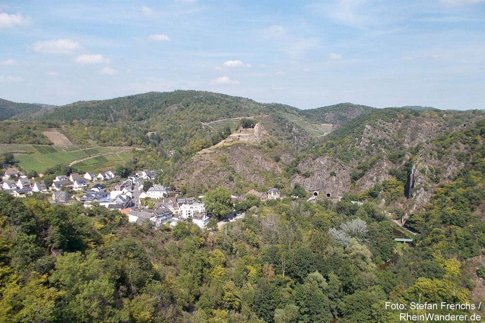 Ahr: Blick vom Aussichtspunkt Teufelsloch auf Altenahr und Burg Are - Foto: Stefan Frerichs / RheinWanderer.de