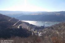 Mittelrhein: Blick vom Aussichtspunkt Panorama-Bank auf Clemenskapelle und Lorchhausen - Foto: Stefan Frerichs / RheinWanderer.de