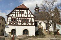 Inselrhein: Rathaus und Kirche von Rommersheim - Foto: Stefan Frerichs / RheinWanderer.de