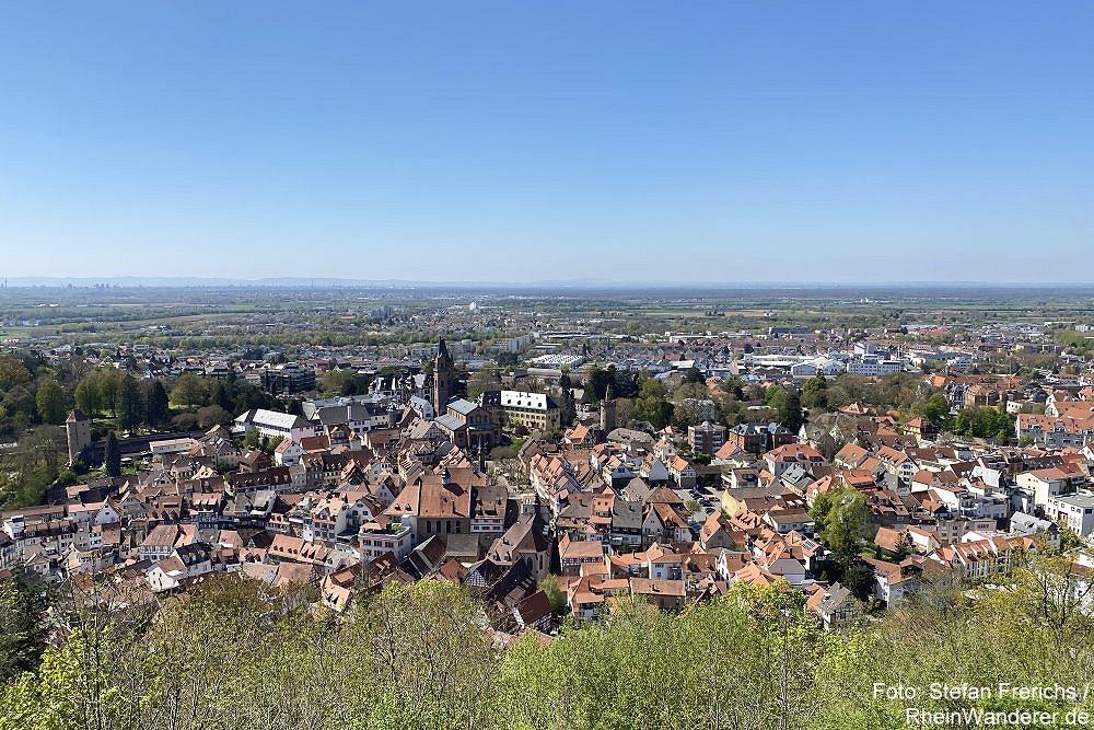 Odenwald: Blick von Burgruine Windeck auf Weinheim - Foto: Stefan Frerichs / RheinWanderer.de