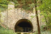 Ahr: Gedenkstätte Silberbergtunnel bei Ahrweiler - Foto: Axel Hindemith / CC 3.0 / Wikipedia