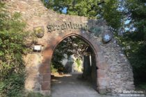 Odenwald: Eingang zur Strahlenburg bei Schriesheim - Foto: Stefan Frerichs / RheinWanderer.de